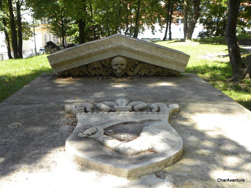 07.Grobnica s kraljevim bosnjaskim grbom Kotromanicev-001