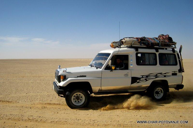 13. z jeepi cez pustinjo