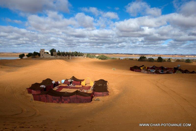 13._Nomadski_kampi_ob_hotelu_kjer_začutiš_pravo_puščavo