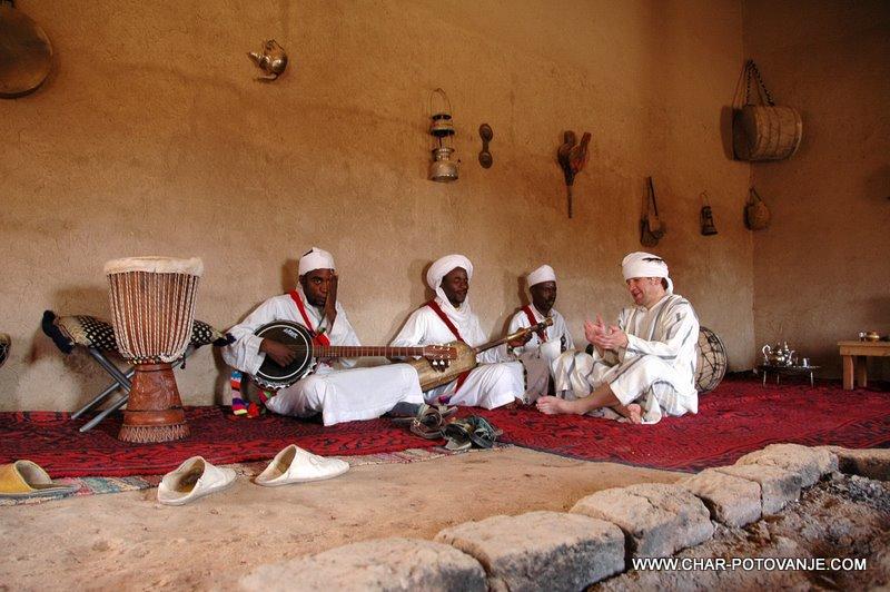 17._Gnawa_muzikanti_v_odmaknjeni_vasici